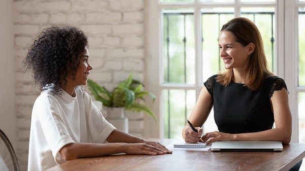 Deux femmes autour d'une table